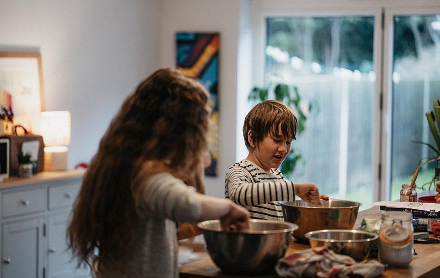 dzieci przygotowujące jedzenie