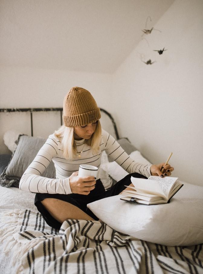 młoda dziewczyna robiąca notatki
